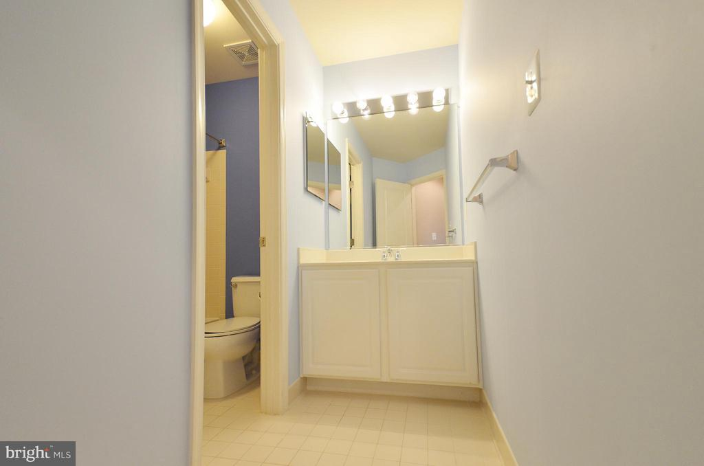 Hall Full Bathroom - 23386 HIGBEE LN, BRAMBLETON