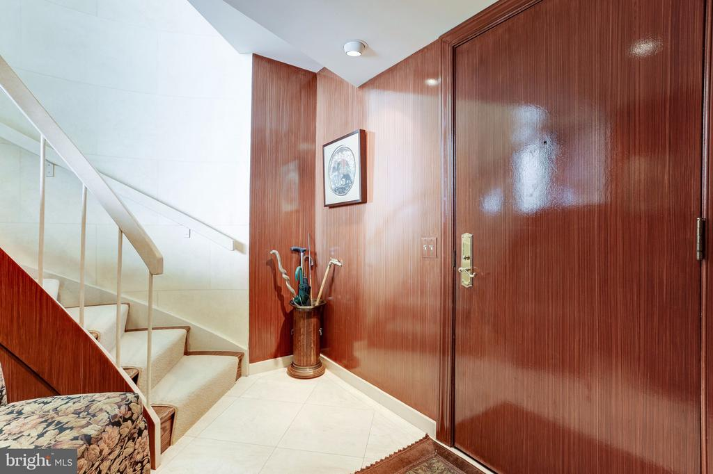 Entry Way with Curving Staircase - 1401 N OAK ST #603, ARLINGTON