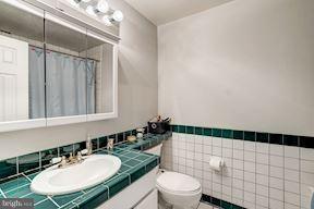 Upper Level Hall Bath - 1814 N GEORGE MASON DR, ARLINGTON