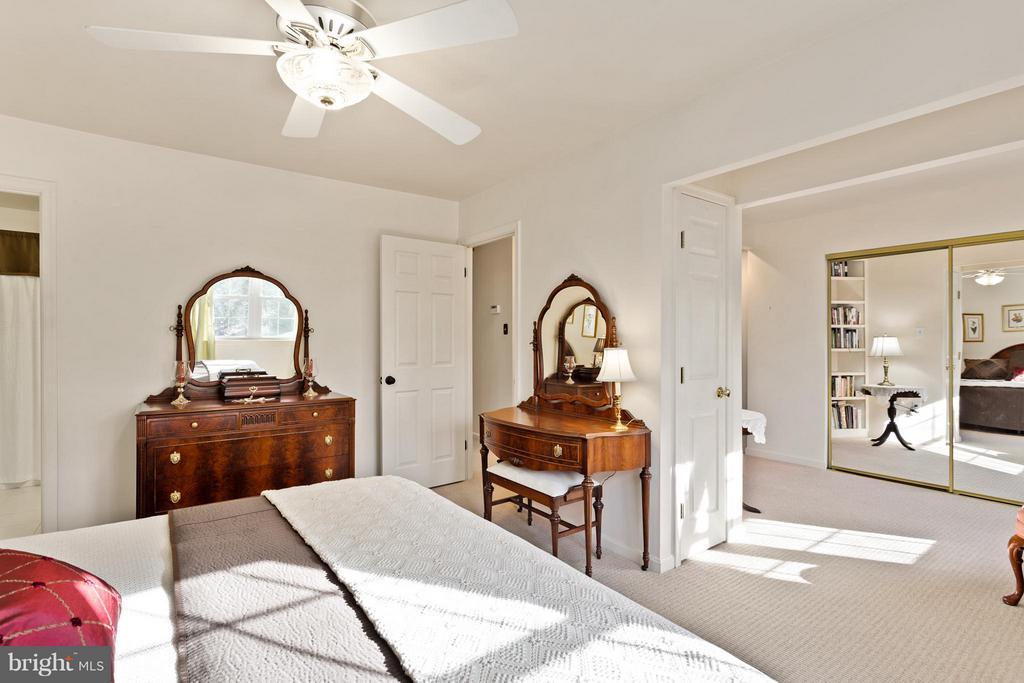 Master Bedroom with Sitting Room & Walk-in Closet - 10001 WOOD SORRELS LN, BURKE