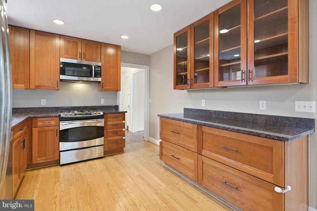 Kitchen w/Glass Door Cabinets - 309 TIMBERWOOD AVE, SILVER SPRING