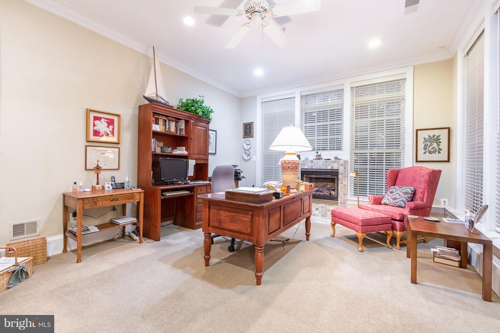 Office with views of pool - 1103 FINLEY LN, ALEXANDRIA