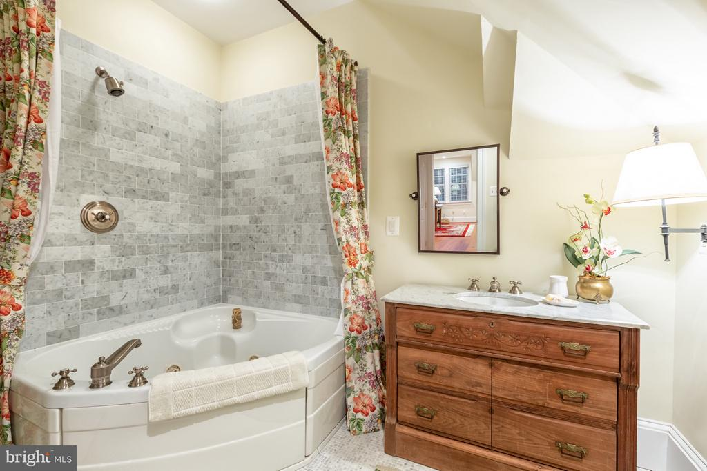 Luxury bath - 1103 FINLEY LN, ALEXANDRIA