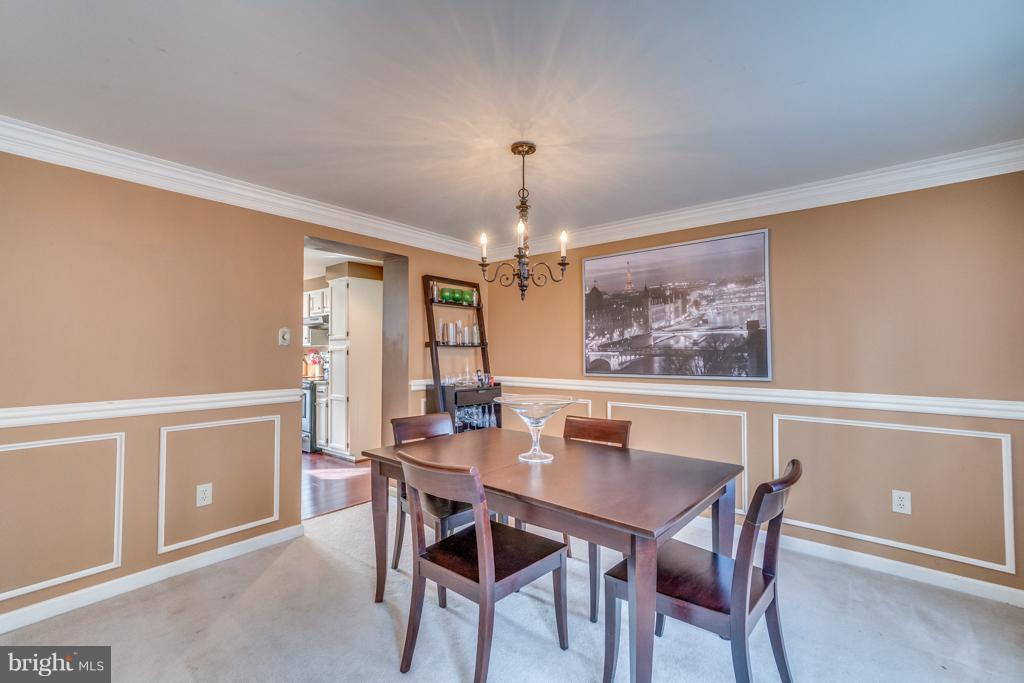 Dining room off kitchen w/crown molding - 3227 TITANIC DR, STAFFORD