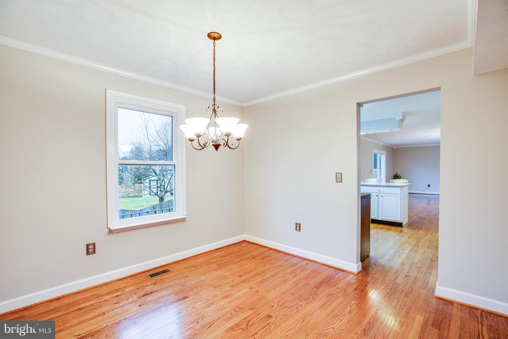 Neutral paint and crown molding throughout - 6 DEENE CT, STAFFORD