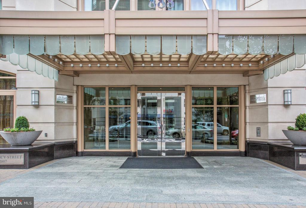 Luxury residences with 24-hour concierge - 888 N QUINCY ST #901, ARLINGTON