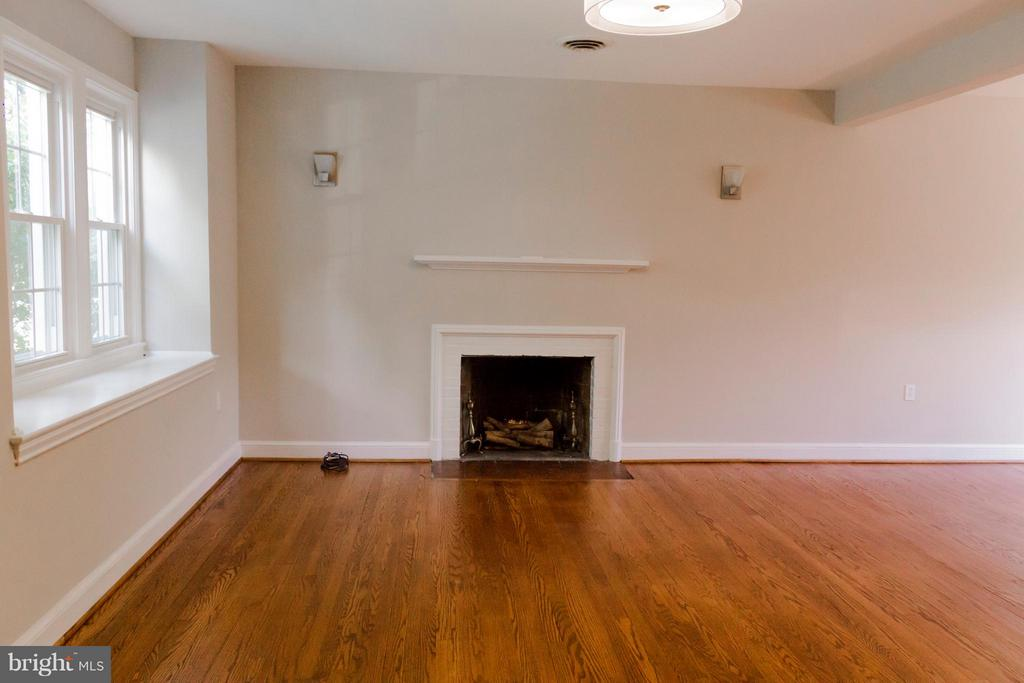 Main floor with fireplace. - 2005 NE LAWRENCE ST NE, WASHINGTON