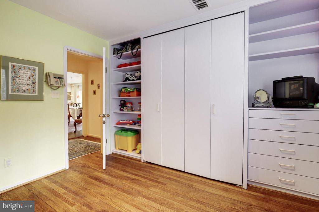 (1) 2 Garden Suite Bedrooms on First Floor - 11601 SPRINGRIDGE RD, ROCKVILLE