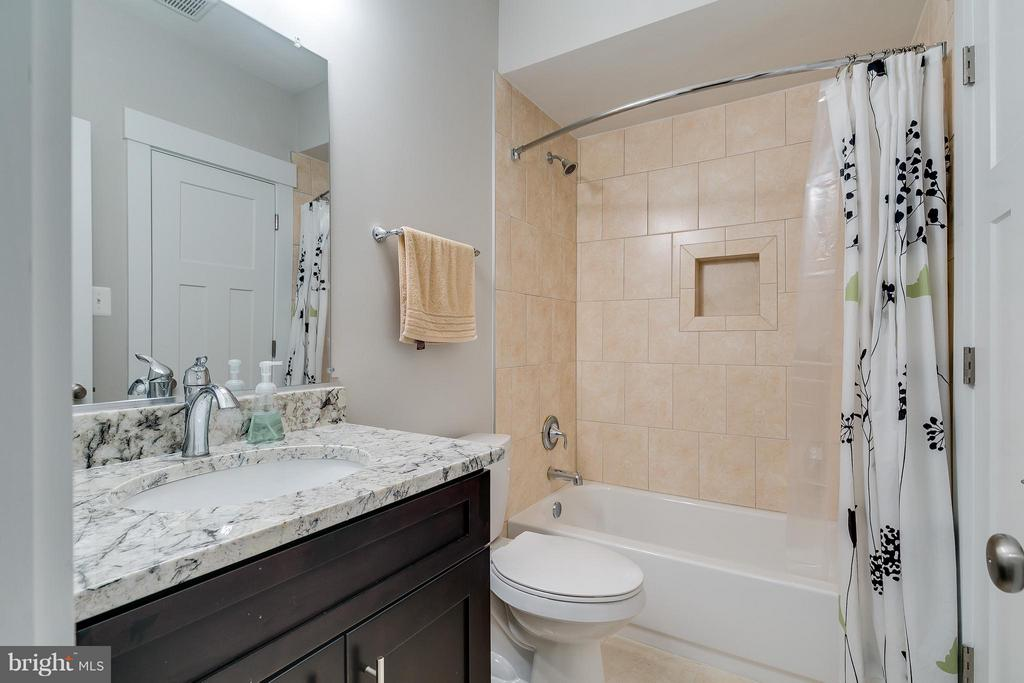 Second full bath - 118 MADISON RIDGE LN, HERNDON