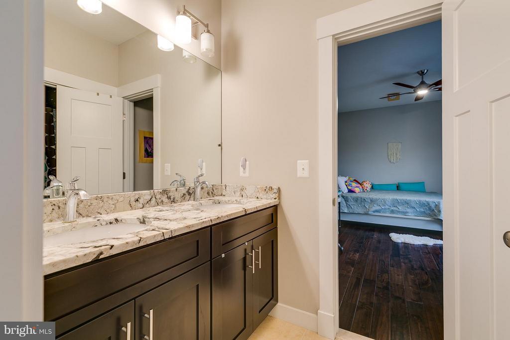 Jack and Jill Bathroom - 118 MADISON RIDGE LN, HERNDON