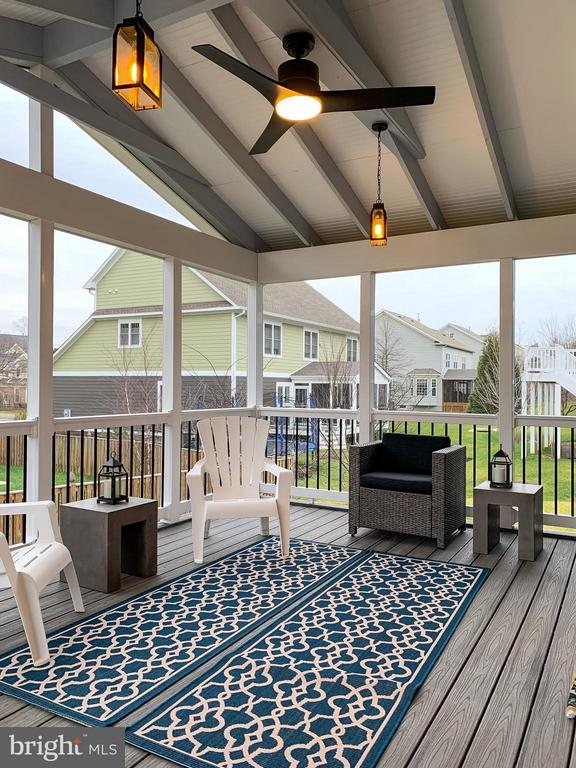 Screened Porch w/pendant lights & Fan - 118 MADISON RIDGE LN, HERNDON