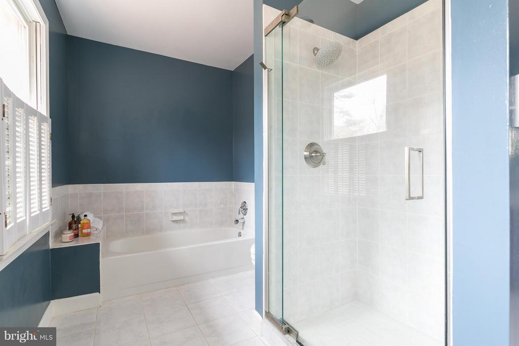 Master Bath w/Separate Shower & Tub - 6026 MAKELY DR, FAIRFAX STATION