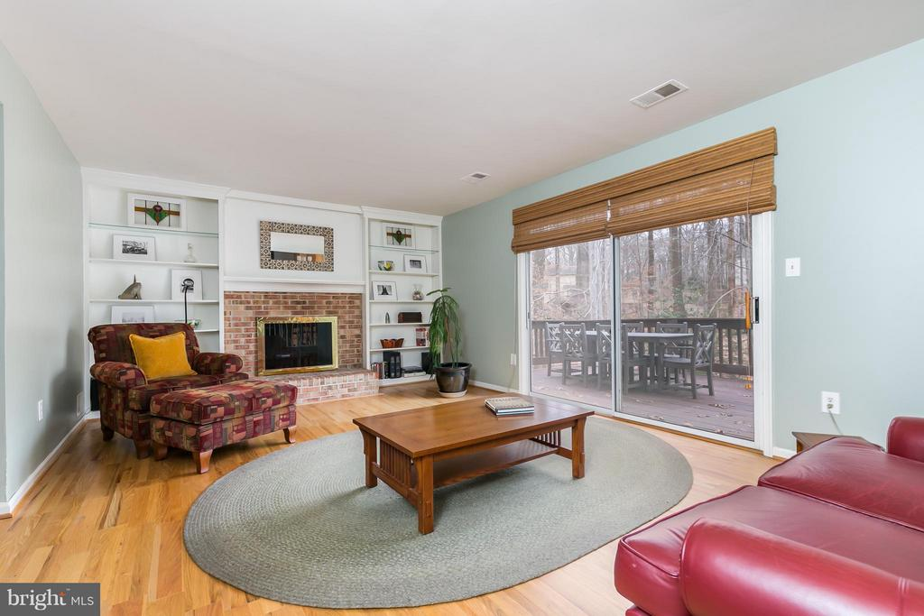 Cozy Family Room w/Deck Access - 6026 MAKELY DR, FAIRFAX STATION