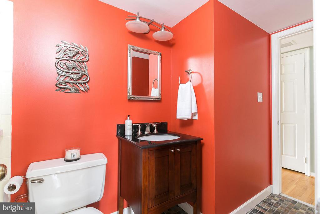 Full Bath Attached to Office/Main Level Bedroom - 6026 MAKELY DR, FAIRFAX STATION