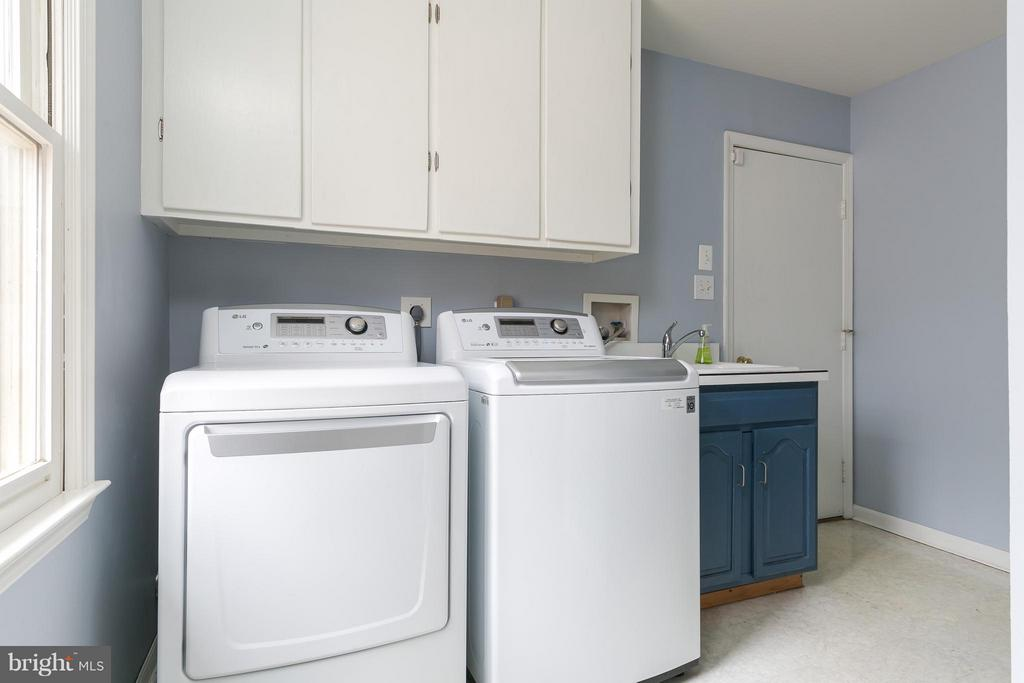 Separate Laundry/Mud Room & Garage Access - 6026 MAKELY DR, FAIRFAX STATION
