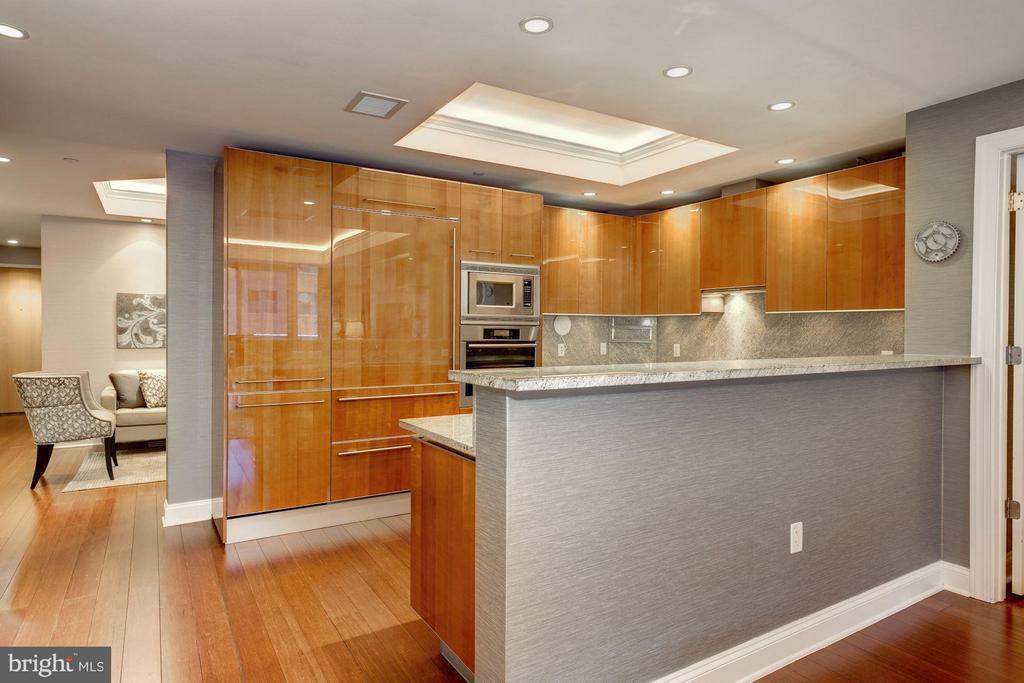 Pristine Kitchen with Breakfast Bar - 1881 N NASH ST #506, ARLINGTON