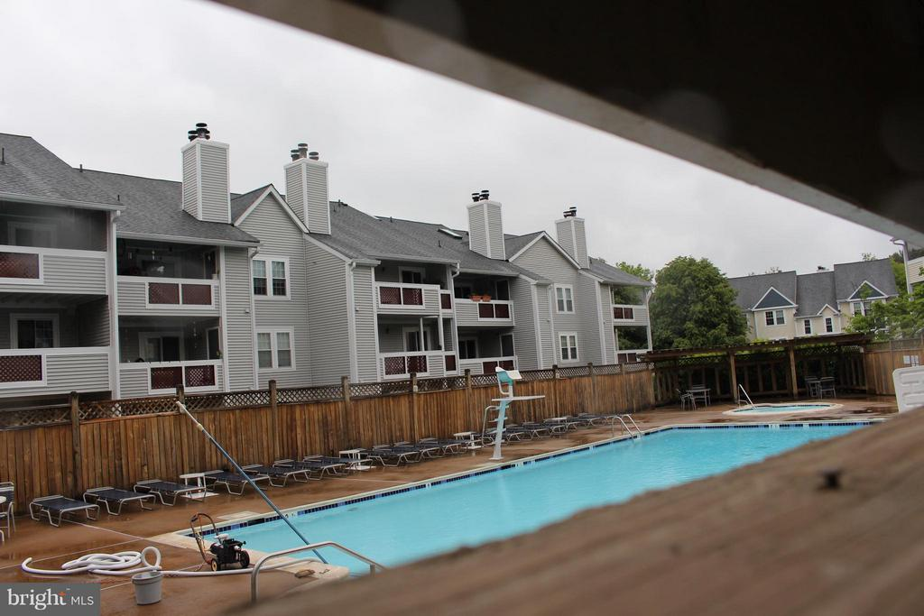 Enjoy the community pool - 4050-B GRAYS POINTE CT, FAIRFAX
