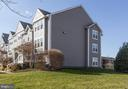 End unit building gives unit windows on 3 sides - 4050B GRAYS POINTE CT, FAIRFAX
