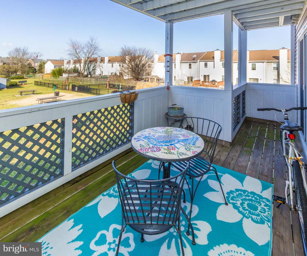 Enjoy coffee on the balcony - 4050-B GRAYS POINTE CT, FAIRFAX