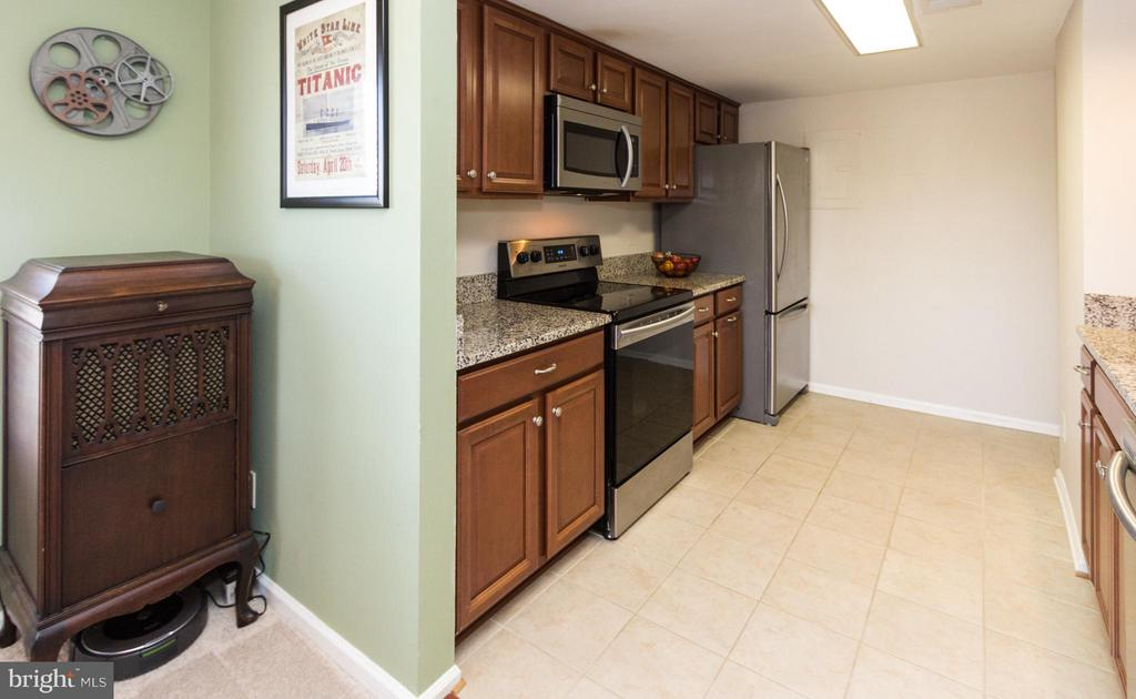 Gorgeous kitchen; refrigerator with ice maker. - 4050B GRAYS POINTE CT, FAIRFAX