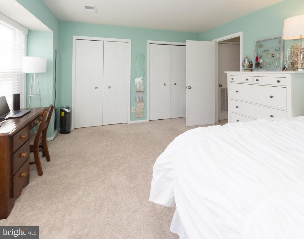 Spacious bedroom with 2 closets - 4050B GRAYS POINTE CT, FAIRFAX