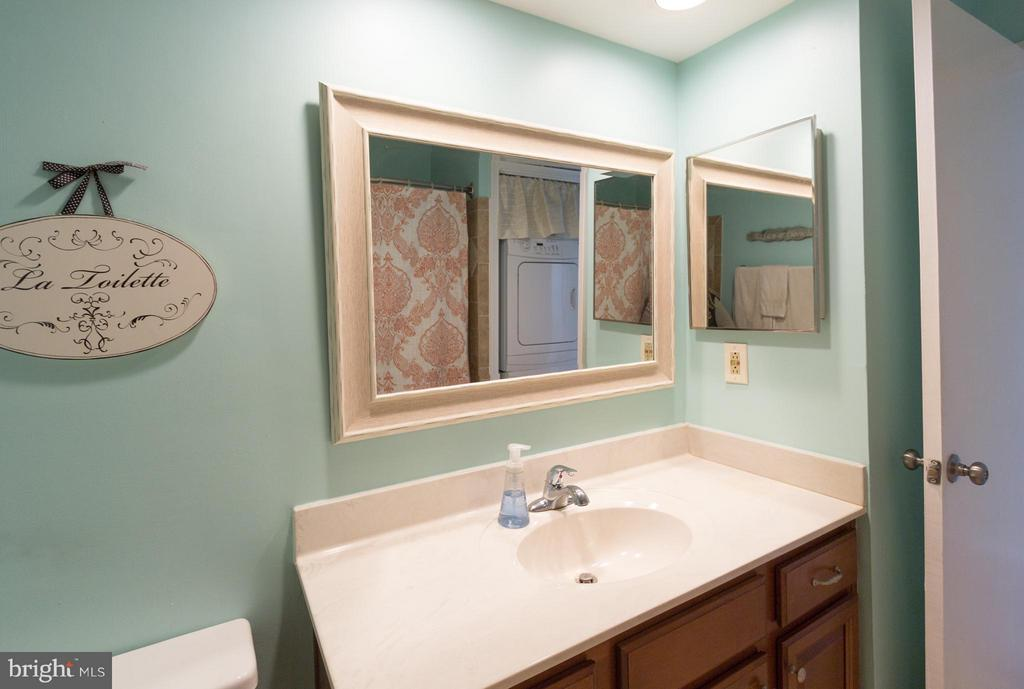 Updated bathroom - 4050-B GRAYS POINTE CT, FAIRFAX