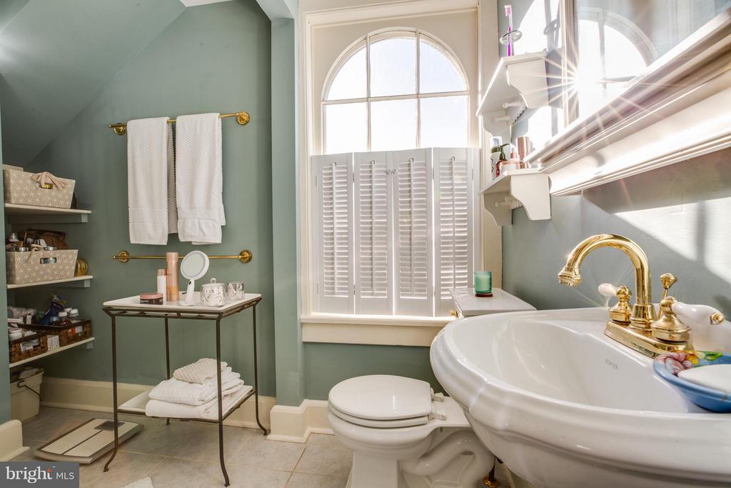 Upper level 2 full bathroom - 804 CORNELL ST, FREDERICKSBURG