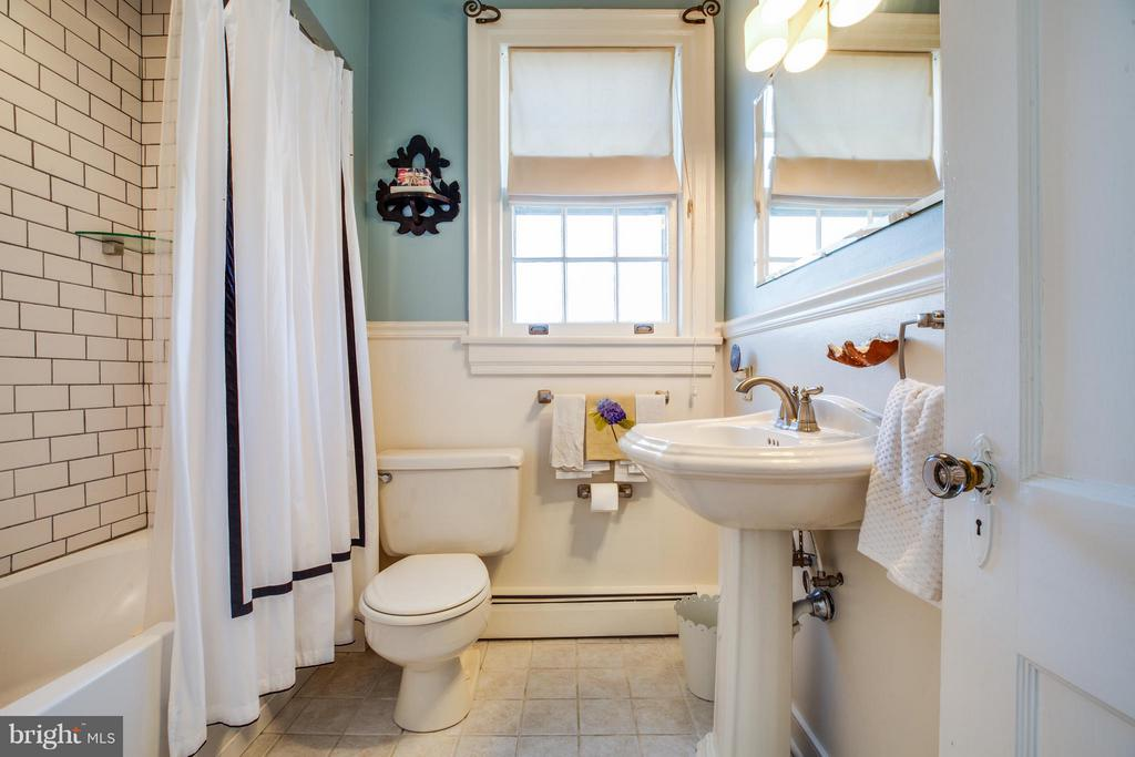 Upper level full bathroom - 804 CORNELL ST, FREDERICKSBURG