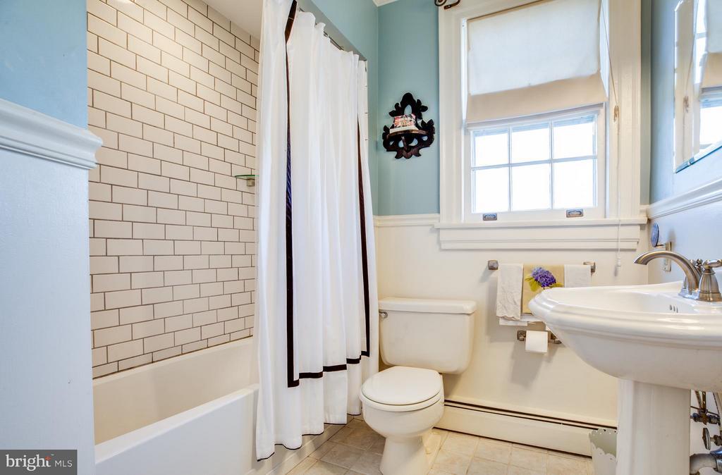 Upper level full bathroom - 804 CORNELL ST, FREDERICKSBURG