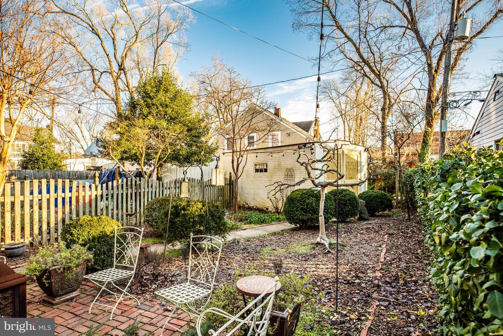 Deep back yard with access to garage - 804 CORNELL ST, FREDERICKSBURG