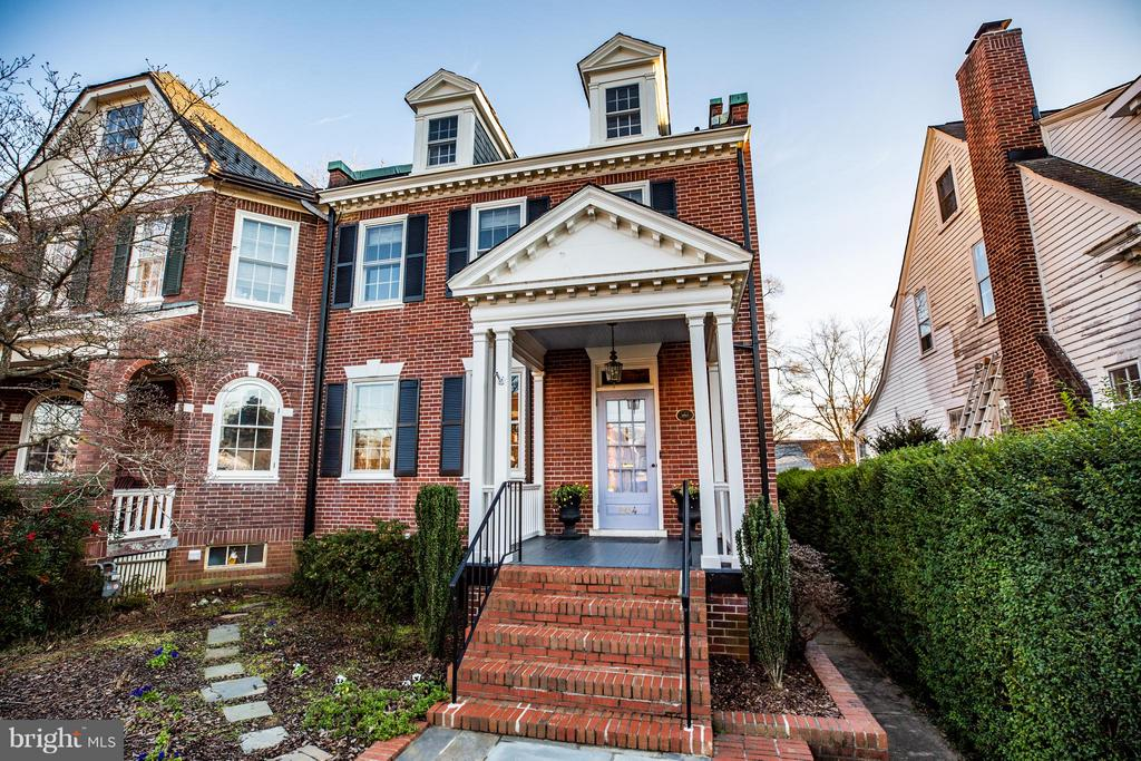 Nice end unit townhome w/covered front porch - 804 CORNELL ST, FREDERICKSBURG