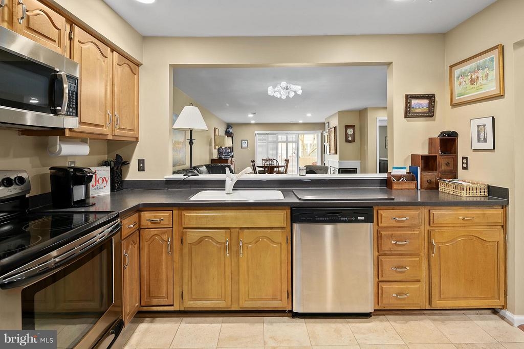 Kitchen w/Pass Through to Living Room - 5806 LINDEN SQUARE CT #38, NORTH BETHESDA
