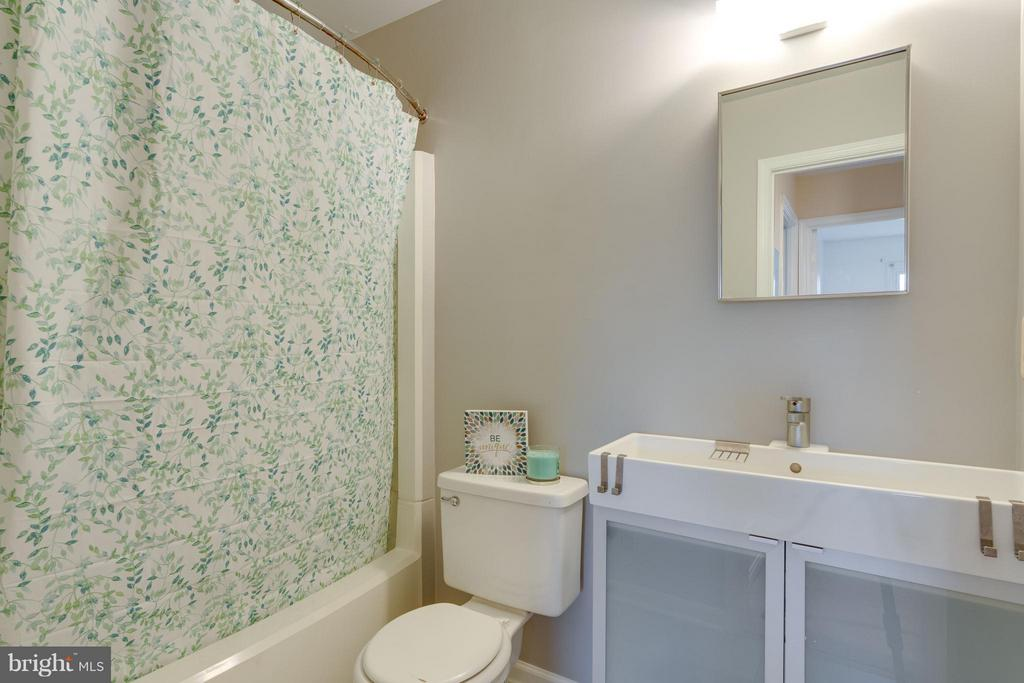 Updated full bath on upper level - 6358 PINE VIEW CT #62B, BURKE
