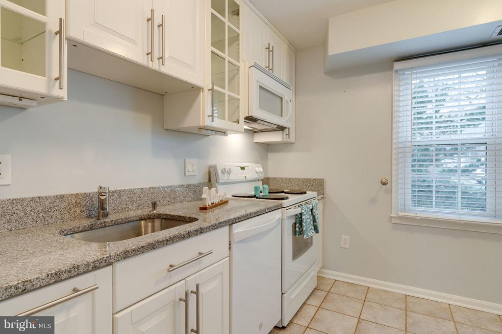 Ample counter space for food preparation - 6358 PINE VIEW CT #62B, BURKE