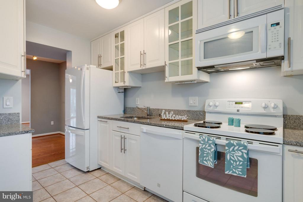 Bright kitchen with tile floors - 6358 PINE VIEW CT #62B, BURKE