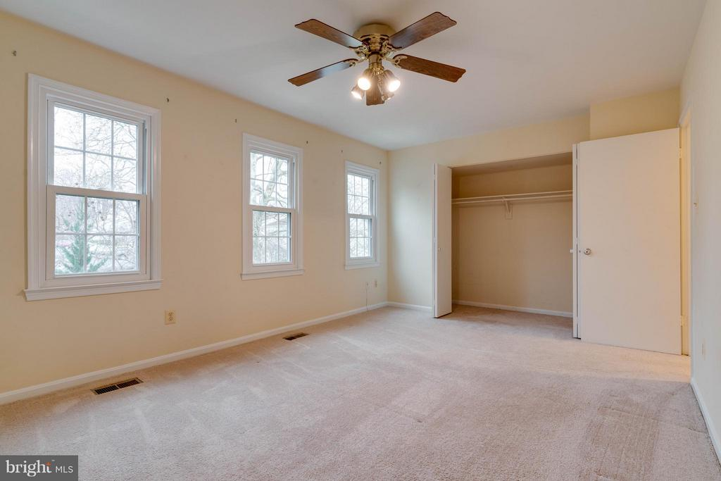 Large master bedroom w/ en suite bath - 6358 PINE VIEW CT #62B, BURKE