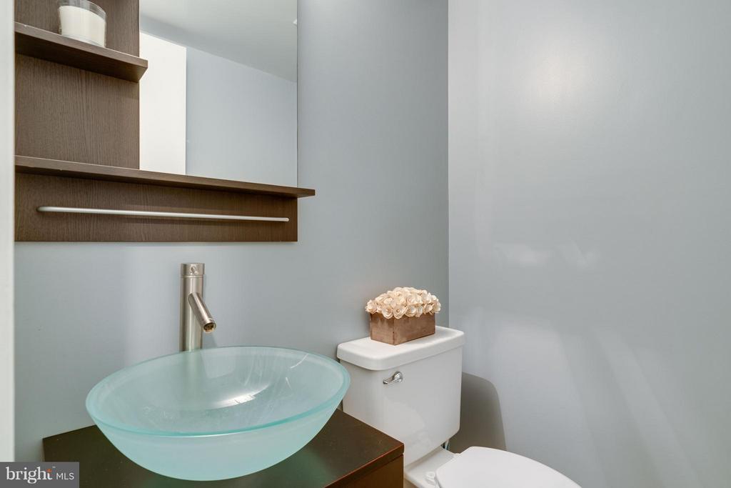 Updated half bath on main level - 6358 PINE VIEW CT #62B, BURKE