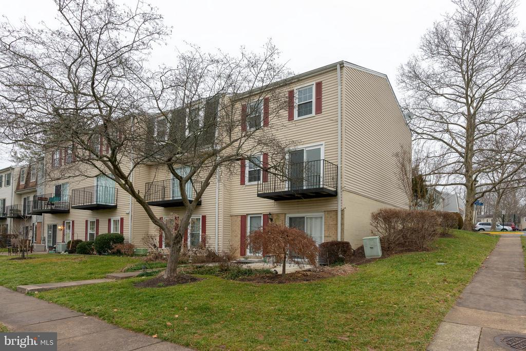View of the back of the townhome - 6358 PINE VIEW CT #62B, BURKE