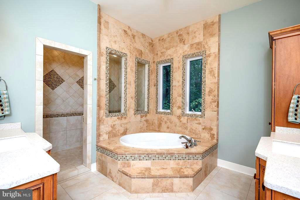 Master Bathroom w/ Soaking Tub and Custom Tile - 11207 KNOLLS END, SPOTSYLVANIA