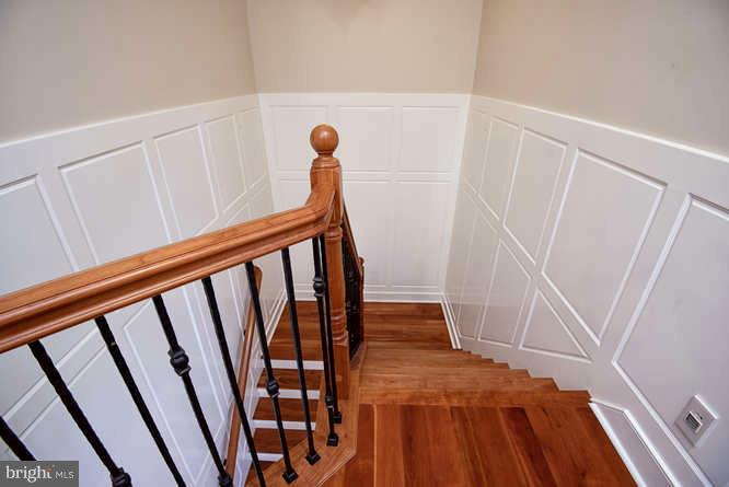 Custom Molding in Stairwell to Upper Level - 11207 KNOLLS END, SPOTSYLVANIA