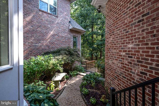 Secret Garden in Center of Home - 11207 KNOLLS END, SPOTSYLVANIA