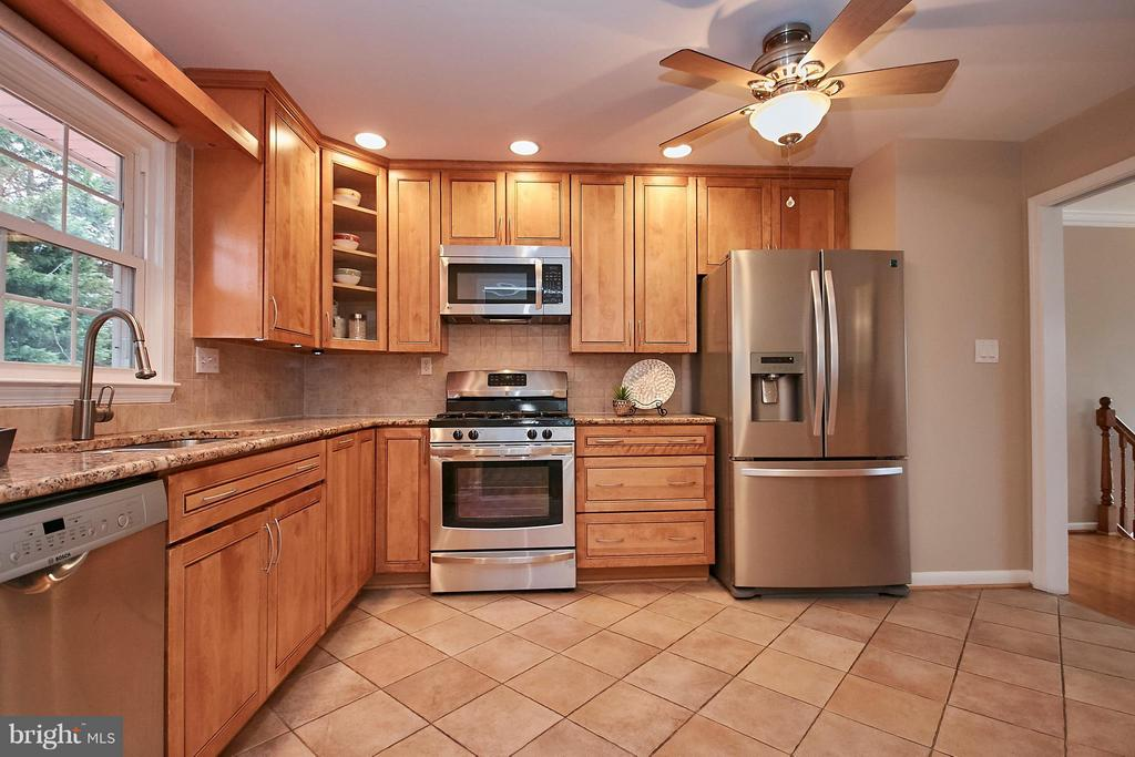 LARGE GOURMET Kitchen!!! Yes! - 3421 BEAUFORD CIR, ANNANDALE