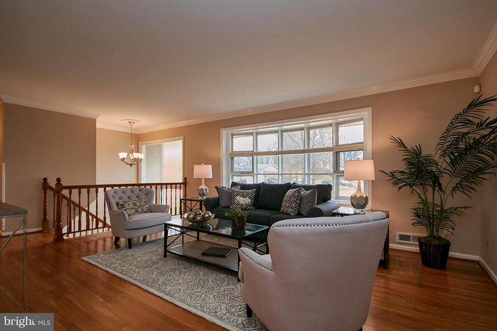 Light & bright family room over looking entry - 3421 BEAUFORD CIR, ANNANDALE