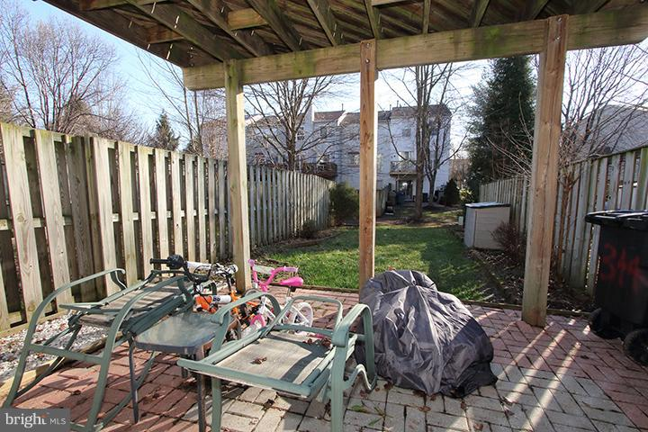 Patio overlooking flat backyard - 344 STALLION SQ NE, LEESBURG