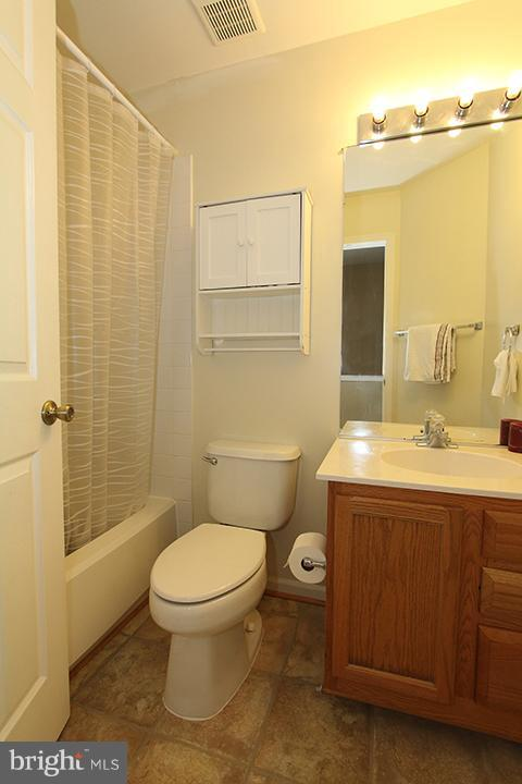 Upper level hall full bathroom - 344 STALLION SQ NE, LEESBURG
