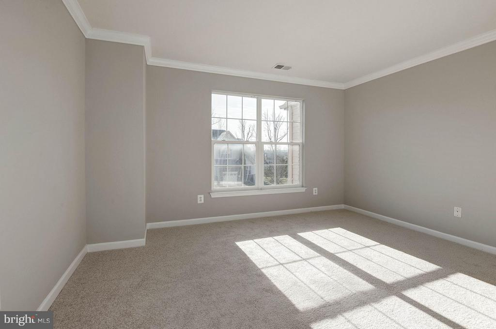 Extra large second bedroom - 43580 DUNHILL CUP SQ, ASHBURN