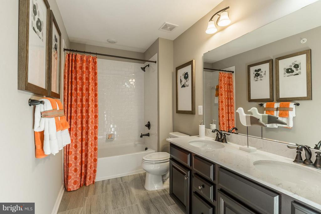 The hall bath - 2312 SWEET PEPPERBRUSH LOOP, DUMFRIES