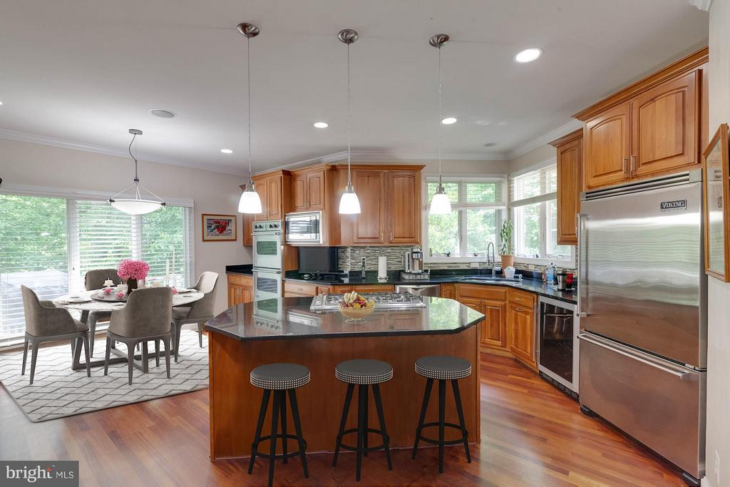 Casual dining in addition to island seating - 7111 TWELVE OAKS DR, FAIRFAX STATION