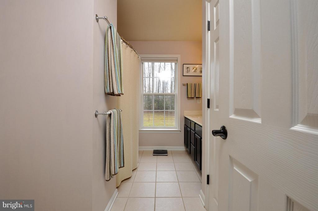 Nice tile flooring in hall bath! - 221 SEQUESTER DR, STAFFORD