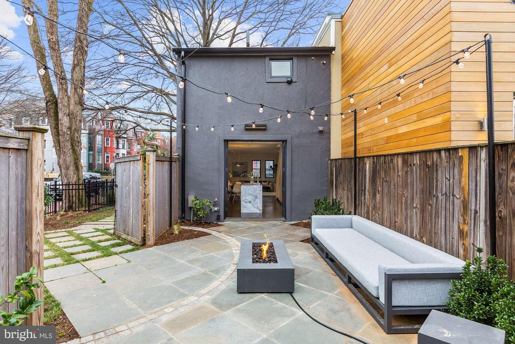 Expansive Patio w/ Fire Table - 1901 12TH ST NW, WASHINGTON